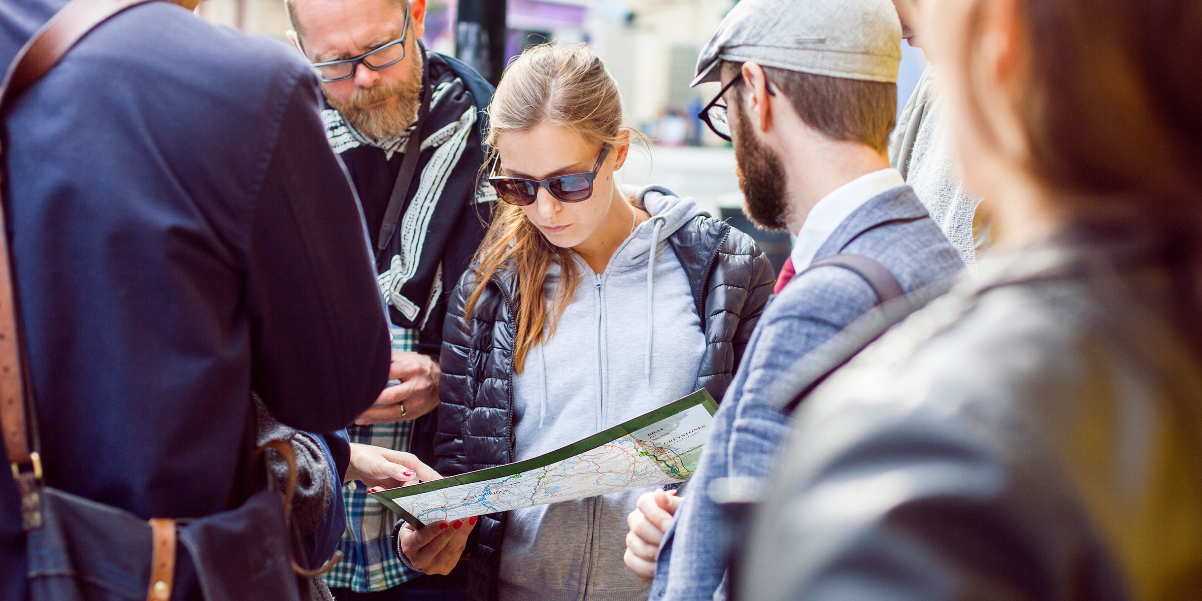 people reading a map reading as wayfinding strategy